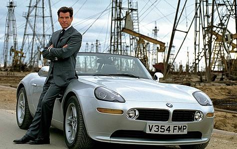 Pierce Brosnan als James Bond mit seinem BMW Z8